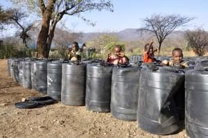 I bidoni per la raccolta dell'acqua. L'acqua è fonte di vita